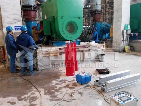 武汉合众电气一直致力于电力检测设备及高压试验设备等,在多年的发展过程中逐步得到行业的认可。这不,在2017年伊始,我公司应邀武汉凯迪电力环保有限公司对其在阳逻电厂的工程项目进行试验检测。  2月7号,我公司的技术工程师带着我们合众电气自主研发的变频谐振试验设备来到阳逻的电厂。这次的主要目的是通过技术手段让电压调频在工频范围内给电机做耐压试验。 经过严格的检测,通过最终检验的数据,说明该电厂符合电机运行条件,电机可以通电运行。可观的高压